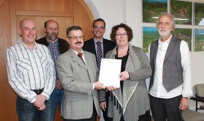 Historische Wege in Weichersbach aufwerten - Erste Kreisbeigeordnete Simmler übergibt Zuwendungsbescheid